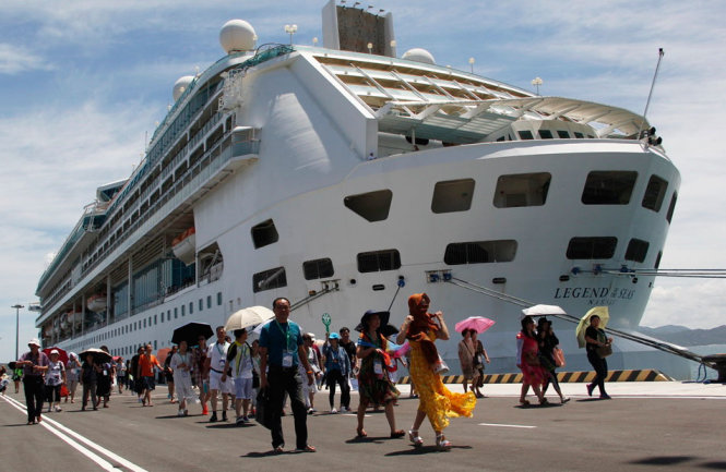 Foreign tourists are seen disembarking the MS Legend of the Seas at Cam Ranh international seaport in Khanh Hoa Province, Vietnam September 8, 2016. Photo: Tuoi Tre